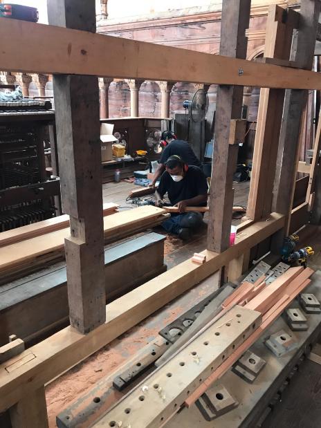 Werken aan het houten geraamte